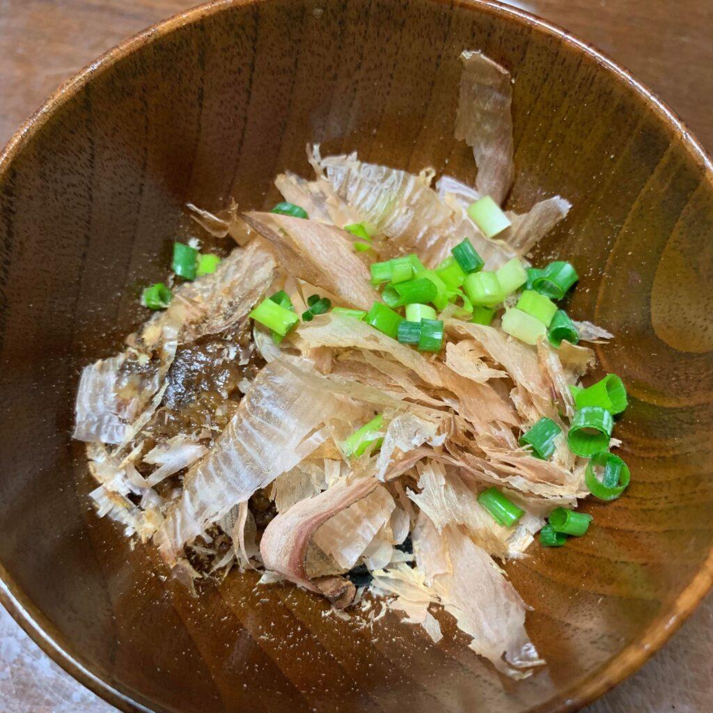 写真:かちゅーゆ。お椀に、味噌、鰹節、小ネギが入っている。